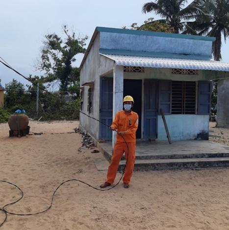 Chi đoàn Điện lực Tam Kỳ kéo điện thắp sáng miễn phí cho hộ nghèo