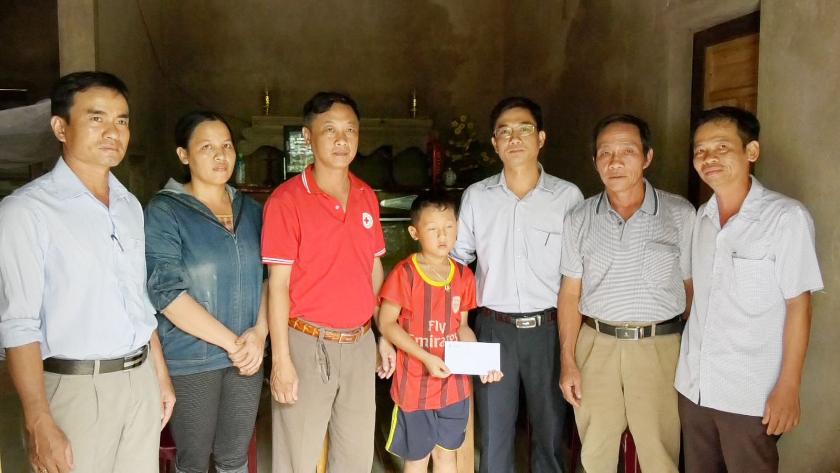 Ba học sinh có hoàn cảnh khó khăn ở huyện Vĩnh Linh được nhận bảo trợ học tập