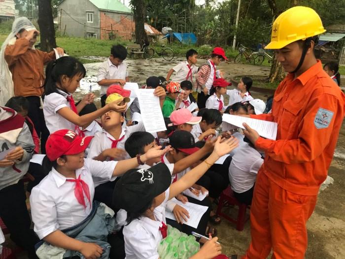 Phổ biến kiến thức an toàn điện, tiết kiệm điện đến học sinh miền núi
