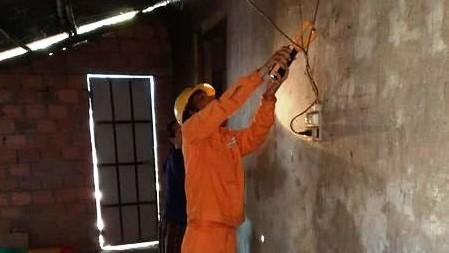 Công nhân Công ty Điện lực Quảng Trị và những hành động vì lợi ích của khách hàng sử dụng điện