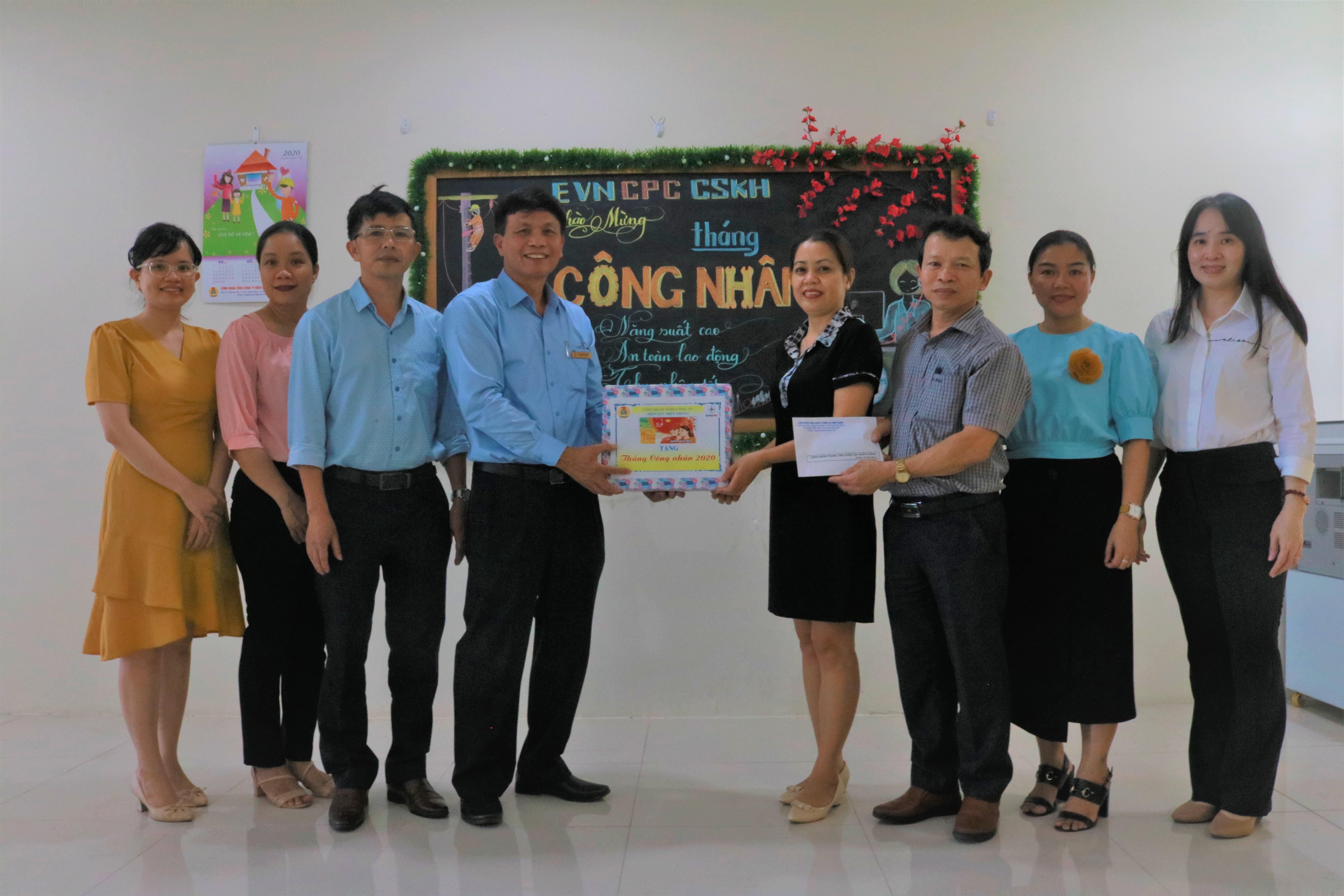 Công đoàn EVNCPC thăm hỏi, tặng quà CNVC-LĐ Trung tâm Chăm sóc khách hàng Điện lực miền Trung nhân Tháng Công nhân năm 2020