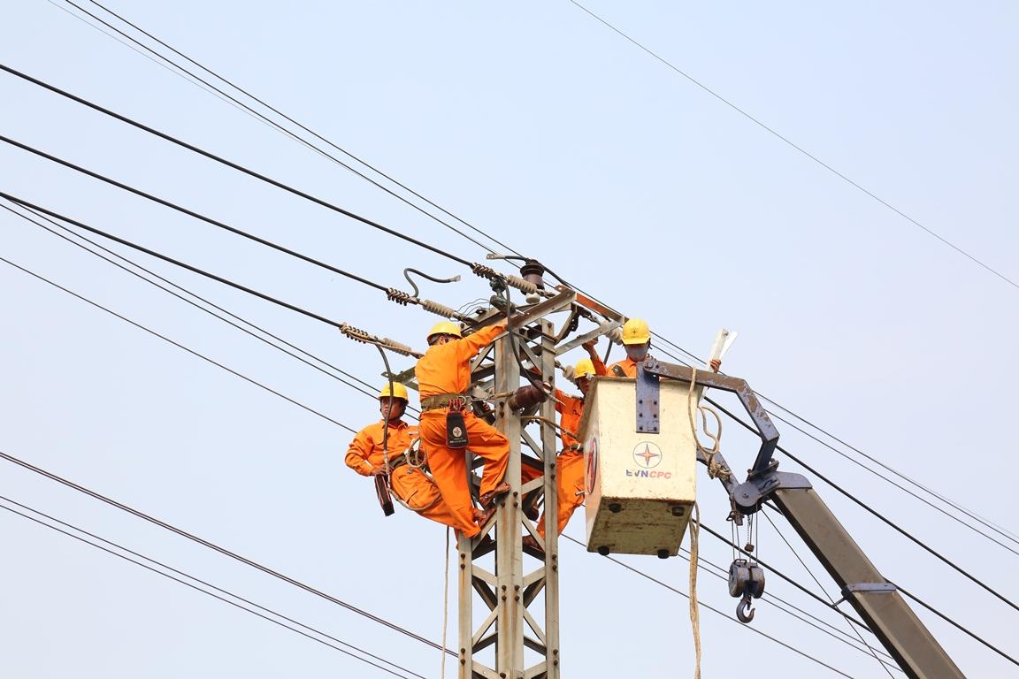 """""""Nhiệm vụ kép"""" đảm bảo cấp điện trong tháng 5/2021"""