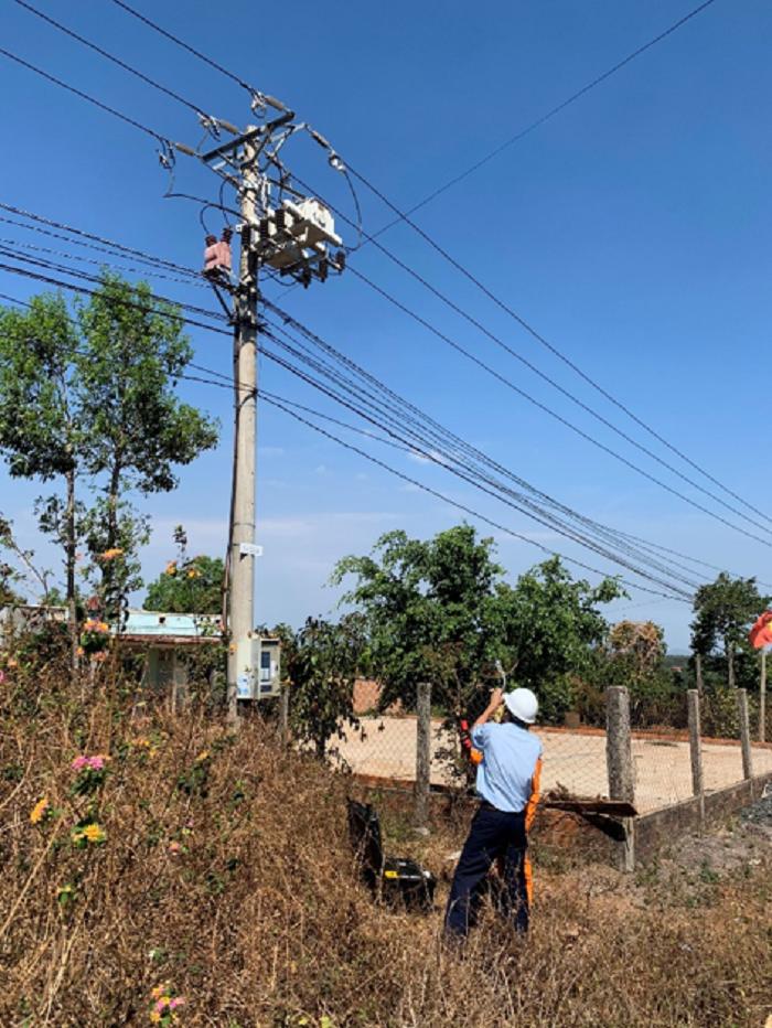 PC Gia Lai: Sử dụng thiết bị kiểm tra phóng điện Pdetector để kiểm tra phóng điện tại các TBA 110kV và lưới điện trung hạ áp